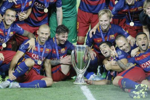 epa04880430 Barcelona's players celebrate with the trophy after winning the UEFA Super Cup match between FC Barcelona and Sevilla at Boris Paichadze Dinamo Arena in Tbilisi, Georgia, 11 August 2015. EPA/ZURAB KURTSIKIDZE