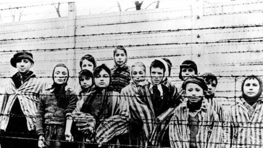 I bambini di Auschwitz fotografati dai soldati russi dopo la liberazione. Per i loro coetanei di oggi ricordare è anche un dovere civico (La Stampa)